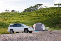 Automobile et camp sur le lever de soleil Photo stock