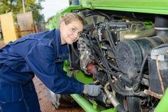 Automobile femminile del motore della riparazione del meccanico all'aperto Fotografia Stock