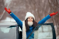 Automobile femminile felice di Standing By Her dell'autista che ammira la neve immagini stock libere da diritti