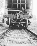 Automobile ferroviaria nella nebbia fotografia stock libera da diritti