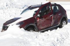Automobile fracassata nella neve della neve Fotografie Stock