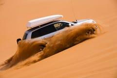 Automobile fuori strada che va in su la duna Fotografie Stock Libere da Diritti