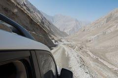 Automobile fuori strada della jeep sulla cattiva strada della ghiaia Fotografia Stock Libera da Diritti