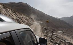 Automobile fuori strada della jeep sulla cattiva strada della ghiaia Immagine Stock Libera da Diritti