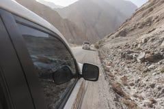 Automobile fuori strada della jeep sulla cattiva strada della ghiaia Fotografia Stock