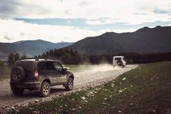 Automobile fuori strada della jeep sulla cattiva strada della ghiaia Fotografie Stock Libere da Diritti