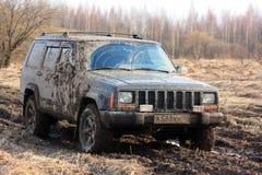 Automobile fuori strada sporca Un viaggio alla natura, fuori strada Fotografia Stock Libera da Diritti