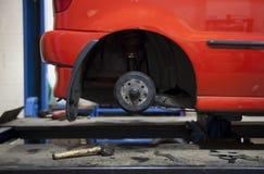 Automobile in garage Immagini Stock Libere da Diritti