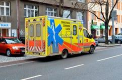 Automobile gialla dell'ambulanza sulla via a Praga Immagini Stock