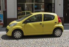 Automobile gialla di Peugeot 107 a Ostrava Fotografia Stock