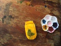 Automobile gialla e la pittura Immagini Stock