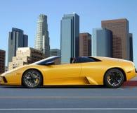 Automobile gialla a Los Angeles giù fotografia stock libera da diritti