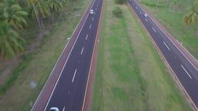Automobile grigia sulla strada video d archivio