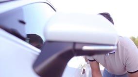 Automobile laterale dello specchio, popolare dello specchietto retrovisore esterno - la vista laterale dell'automobile ha piegato stock footage