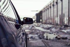 Automobile lussuosa in un fondo urbano fotografia stock