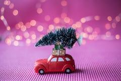 Automobile miniatura con l'albero di Natale Fotografia Stock Libera da Diritti