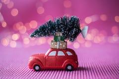 Automobile miniatura con l'albero di Natale Immagini Stock