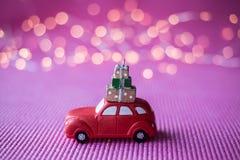 Automobile miniatura con l'albero di Natale Immagini Stock Libere da Diritti