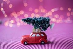 Automobile miniatura con l'albero di Natale Fotografie Stock Libere da Diritti