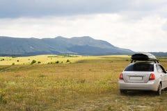 Automobile moderna vicino alla montagna Immagine Stock