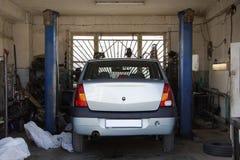 Automobile nell'ambito della riparazione Immagine Stock Libera da Diritti