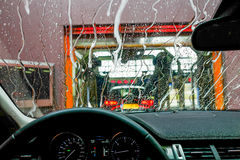 Automobile nell'autolavaggio Fotografie Stock Libere da Diritti