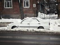 Automobile nella neve sul bordo della strada Fotografia Stock Libera da Diritti
