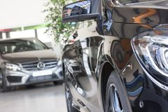 Automobile nera del Merecedes-benz nell'esposizione fotografia stock libera da diritti