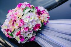 Automobile nera di nozze decorata con le rose bianche Fotografia Stock Libera da Diritti