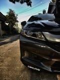 Automobile nera e una luna fotografia stock libera da diritti