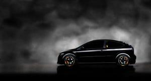 Automobile nera nella priorità bassa della nebbia fotografia stock libera da diritti