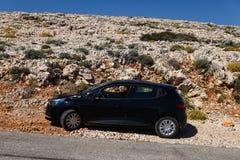 Automobile nera sulla strada rocciosa in Croazia, estate calda fotografie stock libere da diritti