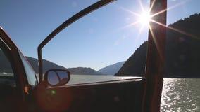 Automobile parcheggiata al sole della porta aperta della costa di mare video d archivio
