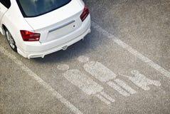 Automobile parcheggiata sul posto-macchina di priorità Fotografie Stock