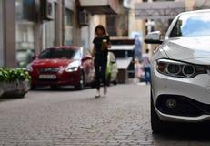 Automobile parcheggiata sulla via stretta Fotografie Stock Libere da Diritti