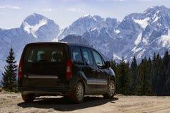 Automobile per il viaggio su una strada della montagna immagini stock libere da diritti