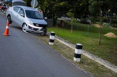 Automobile personale schiantata verso la colonna fotografie stock