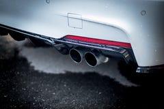 Automobile potente con il tubo di scarico, l'inquinamento e la polvere fine fotografie stock libere da diritti