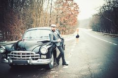 Automobile retro della raccolta e riparazione automatica dall'autista del meccanico Coppie nell'amore alla data romantica Viaggio fotografie stock libere da diritti