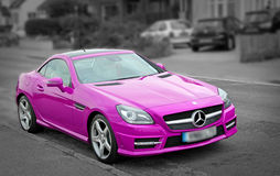 Automobile rosa di lusso di Mercedes slk200 Fotografie Stock Libere da Diritti