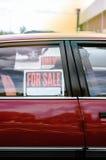 Automobile rossa brillante parcheggiata da vendere Fotografia Stock Libera da Diritti