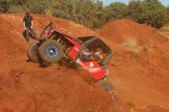Automobile rossa che alimenta su collina ripida, sorveglianza del maresciallo Immagine Stock Libera da Diritti