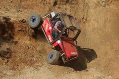 Automobile rossa che discende goccia molto ripida nel riparo Fotografia Stock
