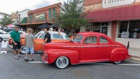 Automobile rossa d'annata su esposizione immagini stock