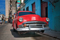 Automobile rossa d'annata in via di Avana Fotografie Stock Libere da Diritti