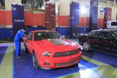 Automobile rossa del mustang di guado Fotografia Stock Libera da Diritti