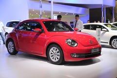 Automobile rossa della Volkswagen Maggiolino immagini stock libere da diritti