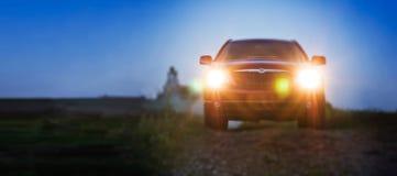 Automobile rossa molto bella alla notte con le luci sopra fotografia stock libera da diritti