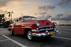 Automobile rossa nel tramonto di Avana Fotografie Stock