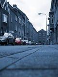 Automobile rossa sulla scena urbana monocromatica. Fotografie Stock